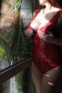 Мастер эротического массажа Эля у окна