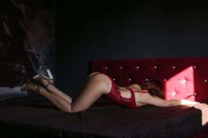 Мастер эротического массажа Эля на диване